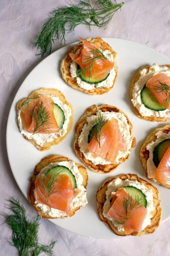 Saumon concombre et gromage sur pain grillé, idée amuse bouche noel, savoureuses amuses bouches originaux