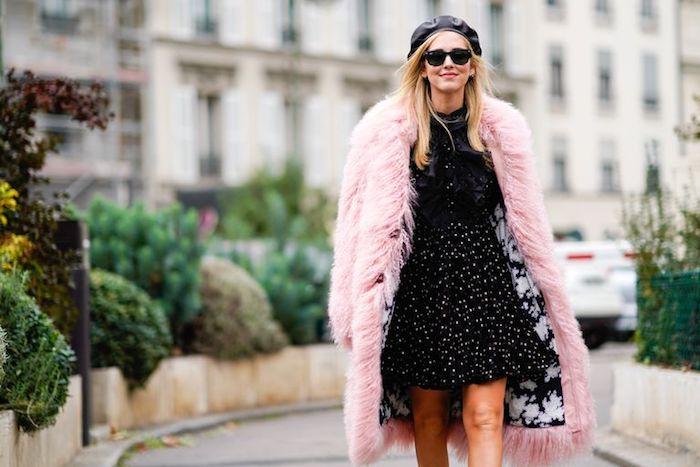 Rose manteau fausse fourrure longue, idée tenue robe noire et manteau rose clair, tenue de fete, les indispensables à avoir dans sa garde-robe de noel