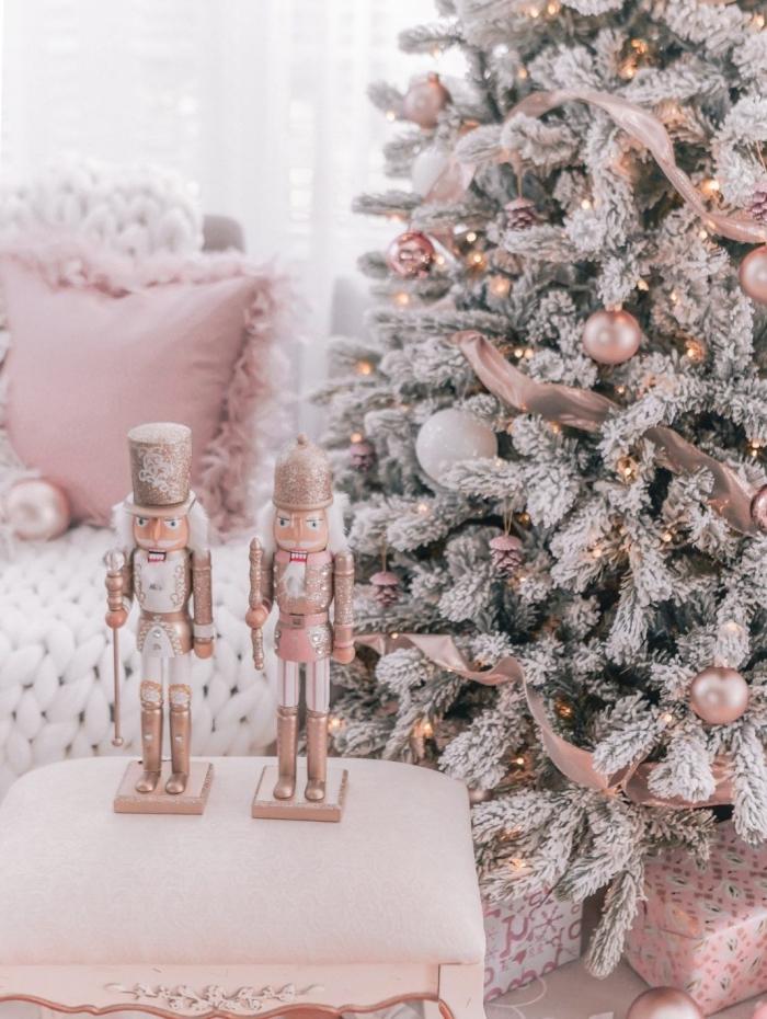 sapin tendance noel 2019, comment décorer un salon féminin pour noel en blanc et rose avec gros sapin artificiel enneigé