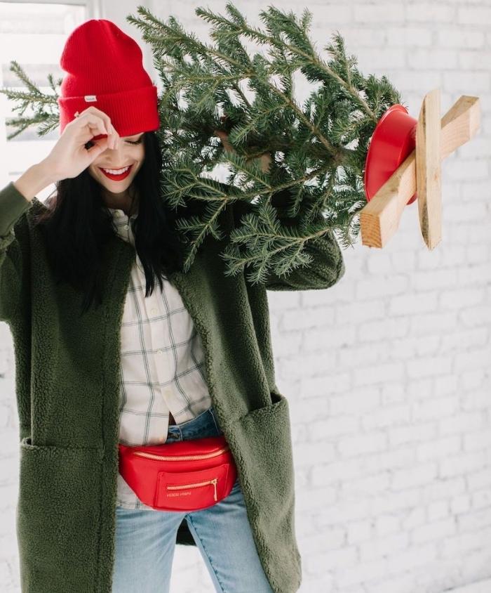 exemple de maquillage de fete facile, idée tenue journée de Noël avec manteau vert et accessoires bonnet et sac ceinture en rouge