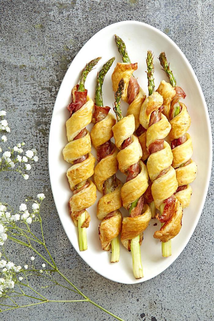 que faire avec pate feuilletée, apero en pate feuilleté enroulée autour asperges et jambon, entree de fete facile