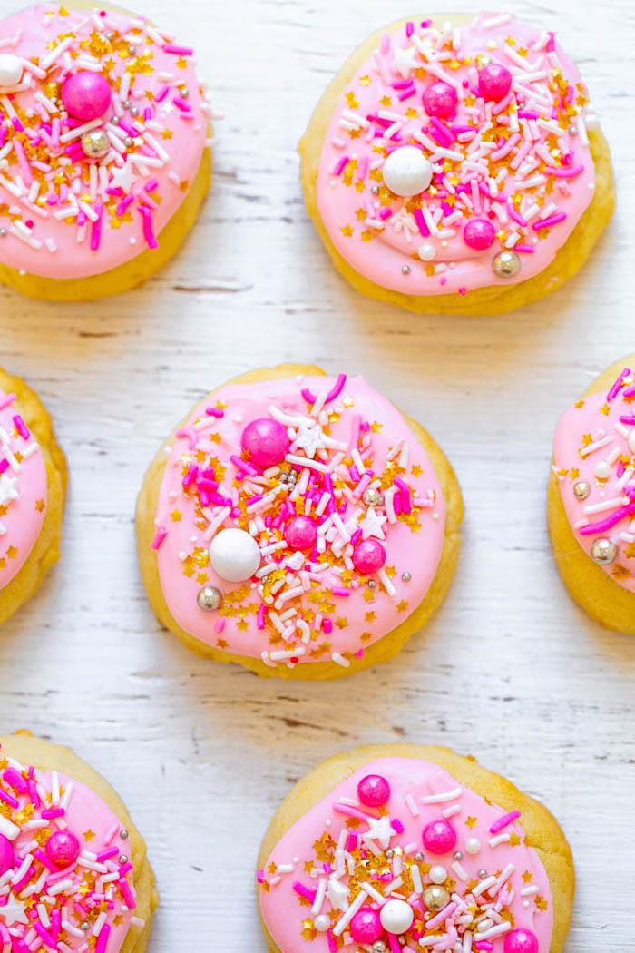 petit gâteau de noël traditionnelle au sucre et beurre avec glaçage rose et decoration de perles et vermicelles comestibles