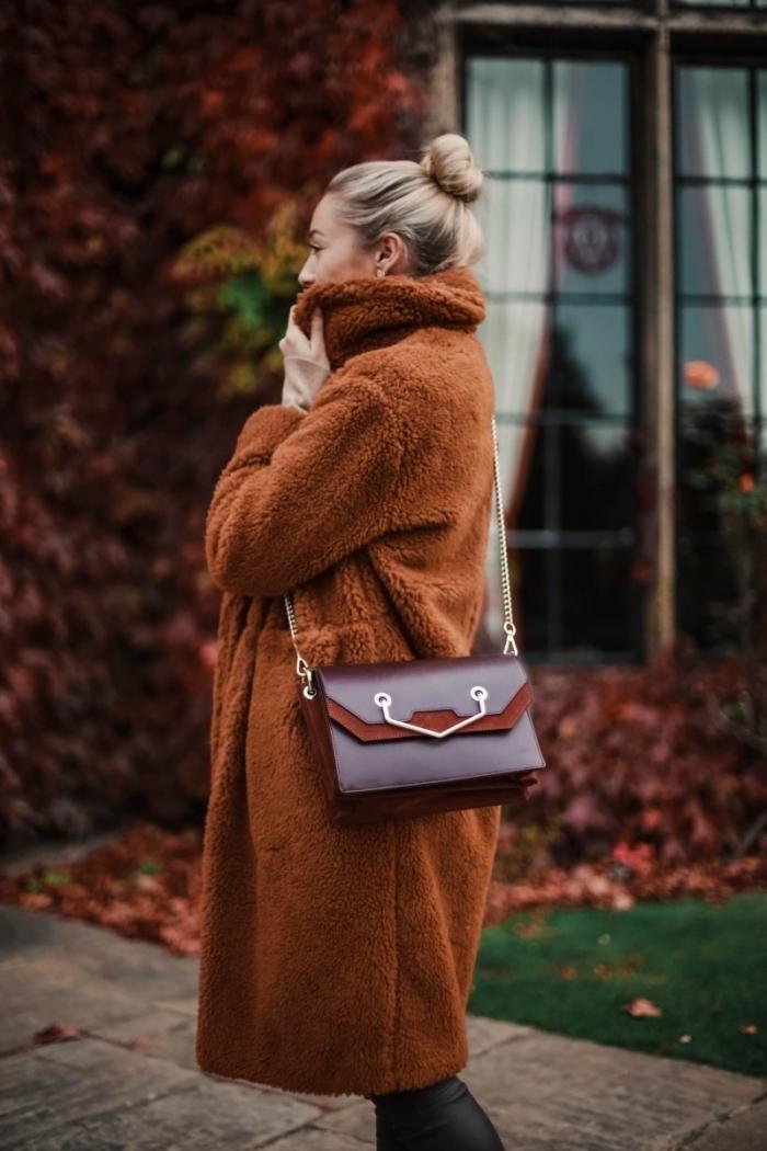 idée vetement femme tendance, modèle de manteau fausse fourrure de couleur marron porté avec pantalon en simili cuir