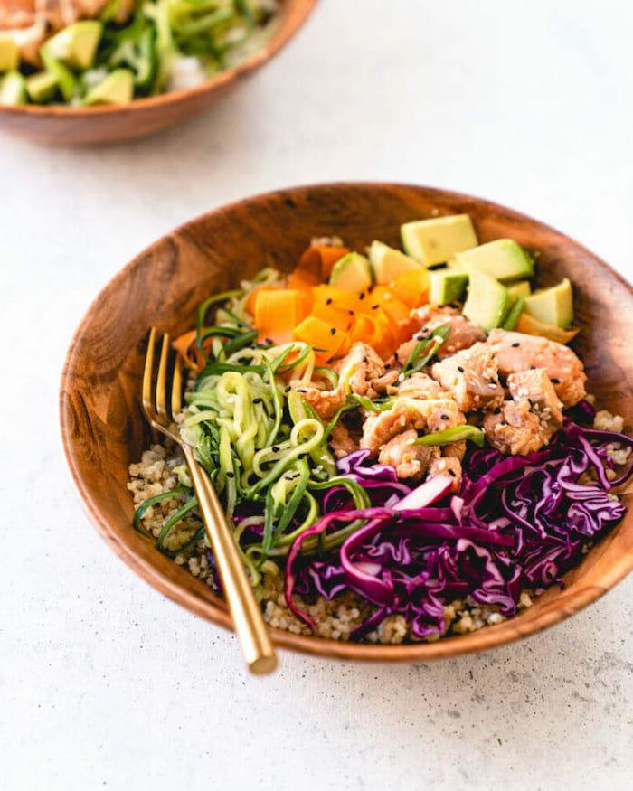 exemple de salade composée de saumon, avocat, chou, carottes sur quinoa, idee repas du soir simple