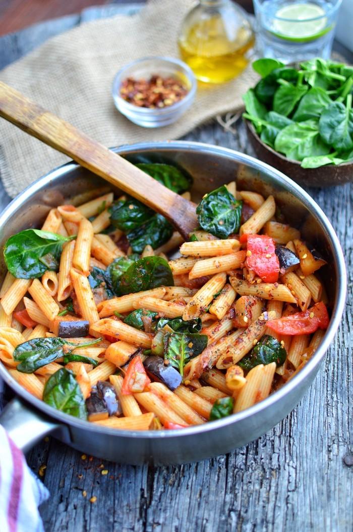 comment faire des pâtes au basilic et tomates avec quelques piments, recette facile pour le soir à faire pour la famille