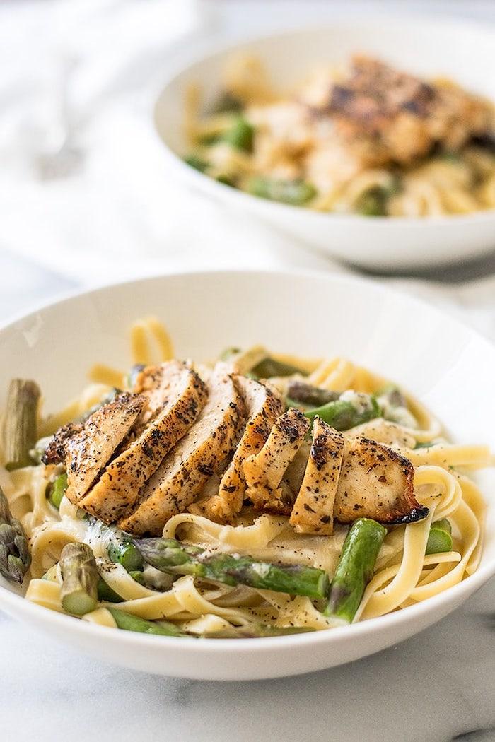 poulet grillé aux épices sur canapé de pasta aux asperges et sauce, repas équilibré semaine rapide