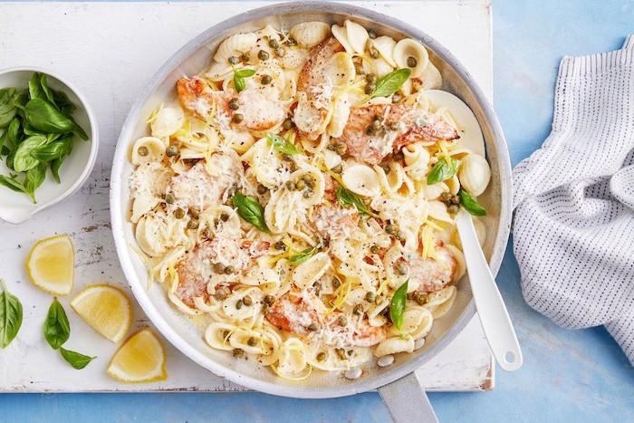 pâtes aux poulet, parmesan et autres fromages avec du basilic et de la sauce, repas du soir simple