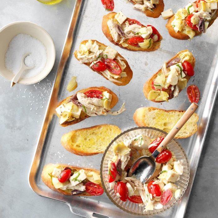 Poulet et tomates sur baguette grillé, amuse bouche apéritif facile, recette facile à essayer soi meme