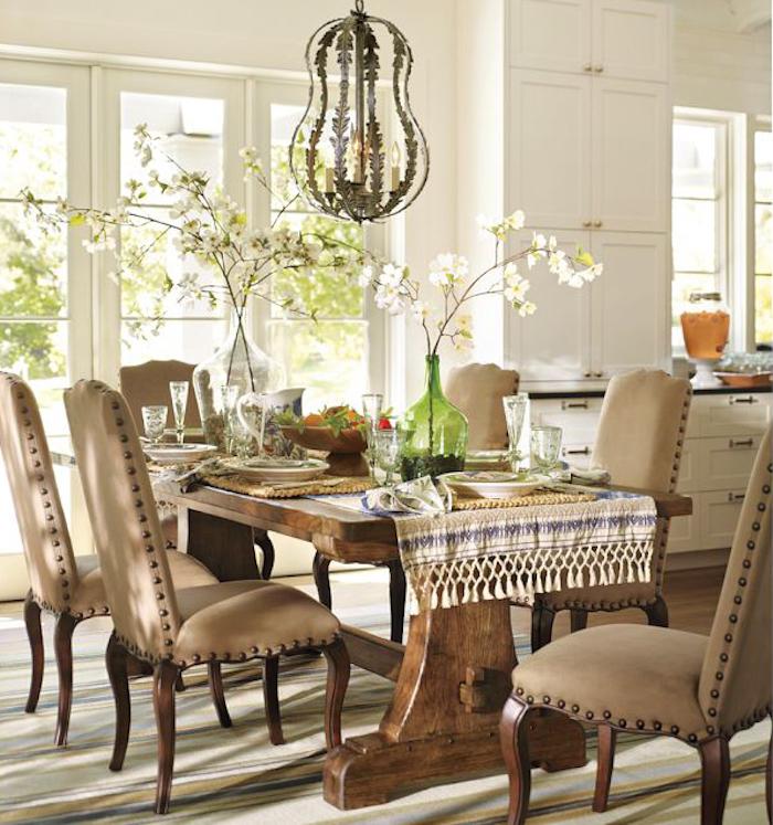 Salle de séjour, table longue et chaises dans la salle à manger, bonbonne en verre, stylée déco avec vase en verre décorative