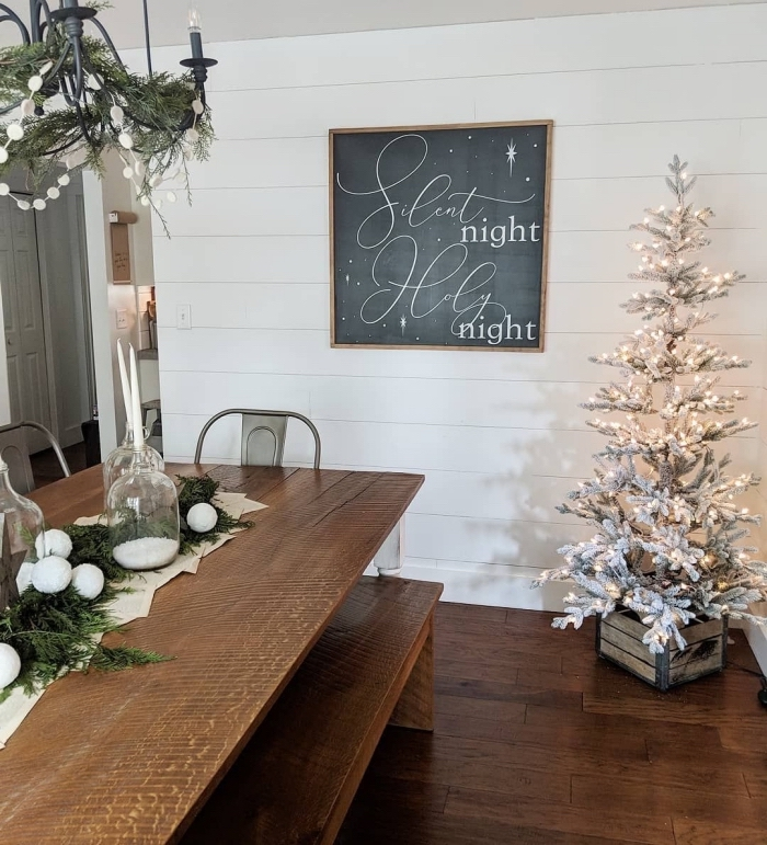 idée comment réaliser une décoration de Noël minimaliste dans une salle à manger en blanc et bois avec arbre de Noël blanc