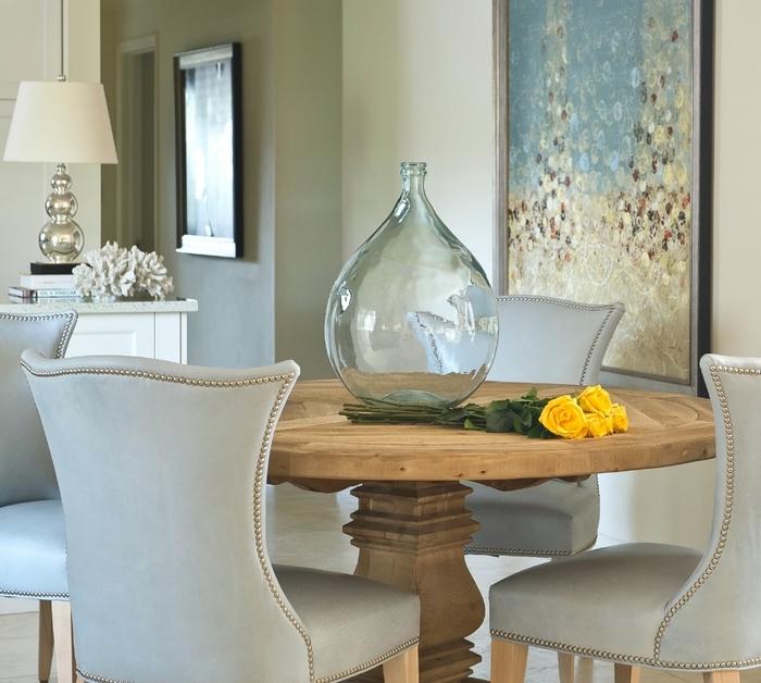 Ronde table en bois, fauteuils de salle à manger, vase dame jeanne, deco vases, cool idée comment décorer, roses jaunes