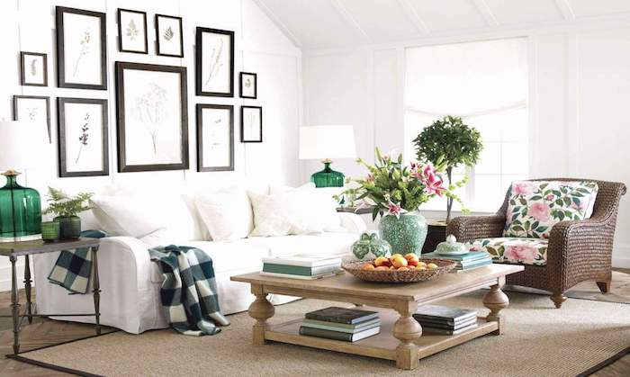 Canapé blanche dans un salon rustique très joli, dame jeanne verre, maison bien aménagée, déco vases