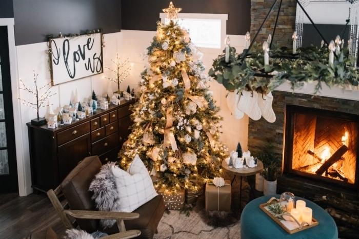 ambiance cozy dans un salon avec cheminée décoré pour Noël, idée comment decorer un sapin stylé en or et gris