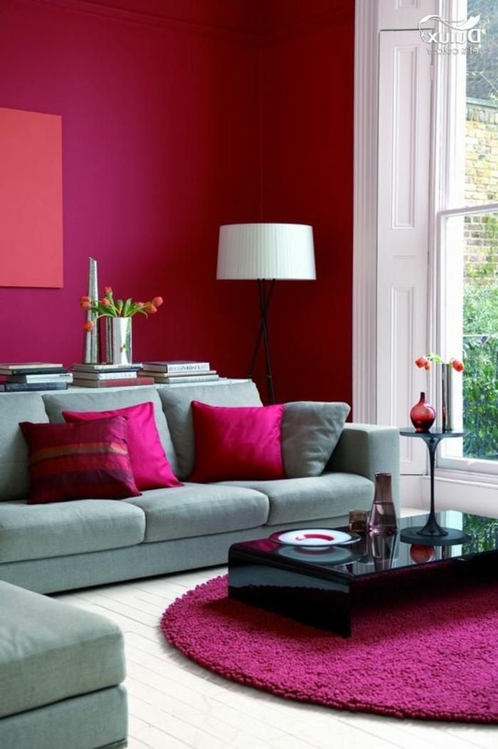 Peinture murale rose funshi, tapis ronde table basse noire laqué, couleur qui va avec le gris, déco chambre grise