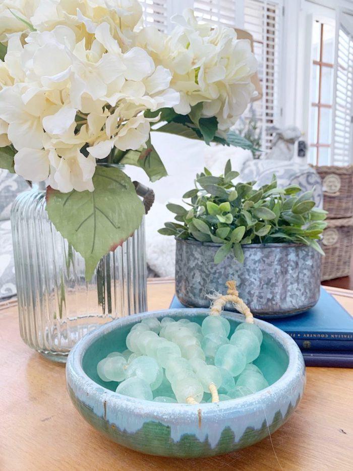 Fleurs blanches et vase transparente, bonbonne dame jeanne, déco tourie style vintage cool