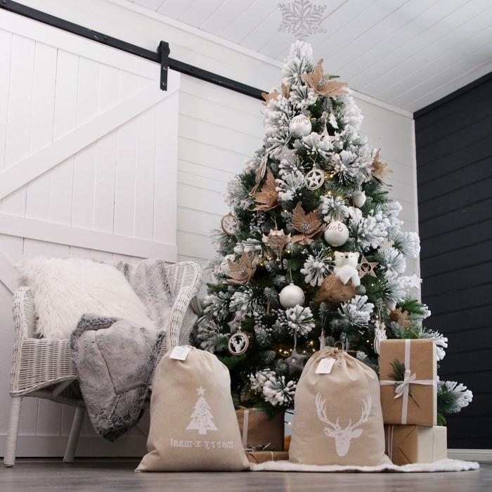 idee deco sapin de noel rustique avec ornements en argent et blanc, décoration cocooning en beige et blanc