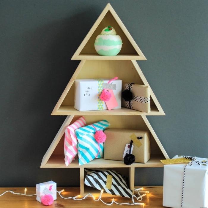 idée activité manuelle pour Noël avec bois, réaliser un sapin de noel bois en forme de rangement mural pour cadeaux