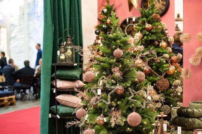 idée comment décorer un arbre de Noël stylé avec grosses boules en rose poudré et ornements à effet métallisé