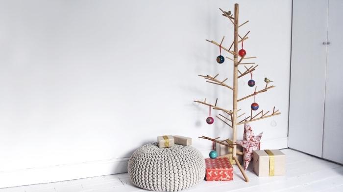 fabriquer un arbre de noël original avec bâtons en bois, design intérieur de style minimaliste avec une déco de Noël DIY