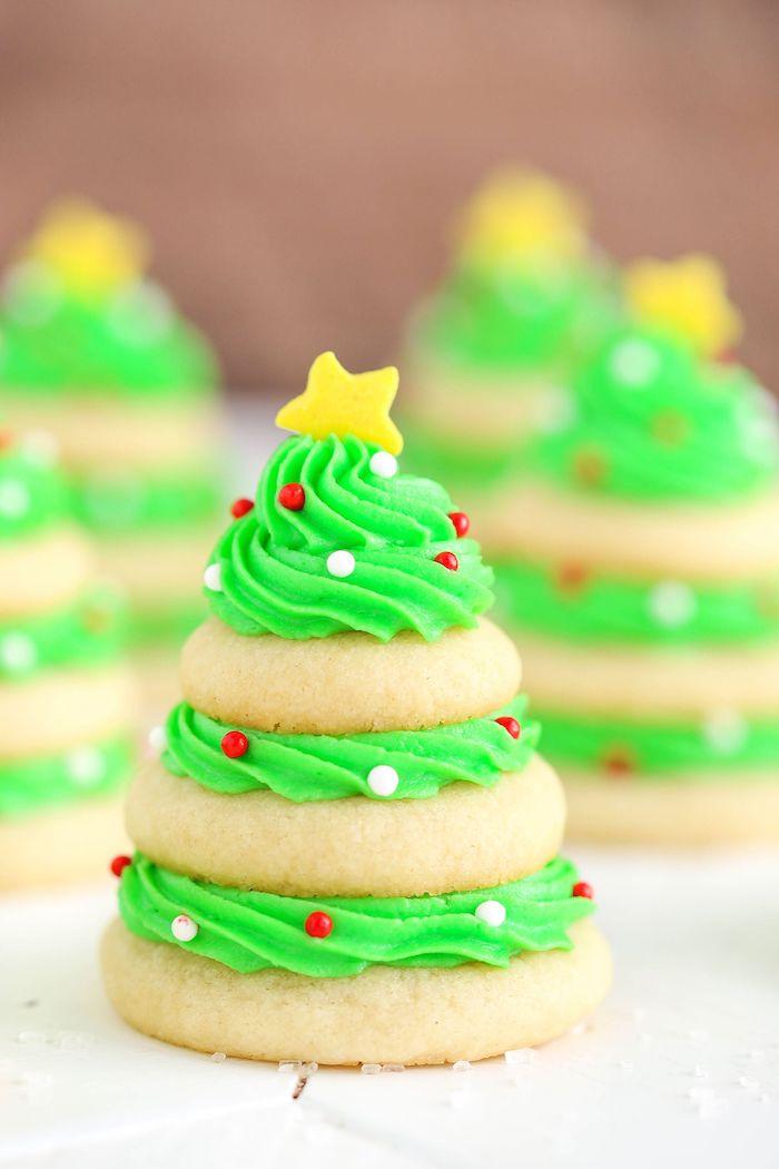 sapin de noel en biscuits au beurre et sucre avec fromage à la crème vert et decoration de billes de sucre et etoile jaune de sucre en top