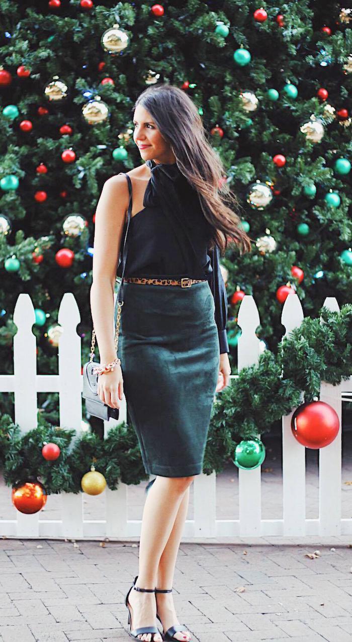 Sapin de noël énorme avec belle décoration, idée robe élégante verte pour noel, tenue noel femme, que porter pour les fetes d'hiver
