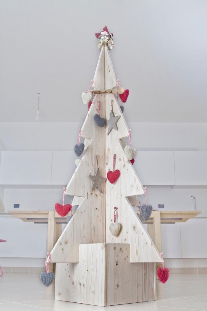activité manuelle noel facile et à petit budget, construction sapin de noel pour chambre d'enfant avec morceaux de contreplaqué de bois