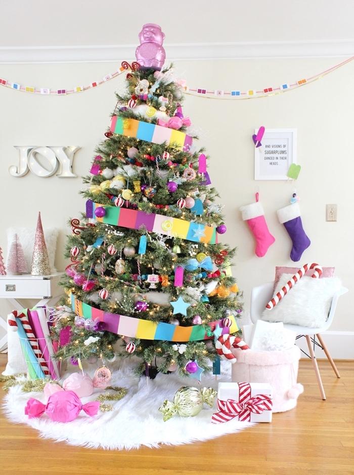 exemple comment décorer la chambre d'enfant pour Noël avec un gros sapin, decoration sapin de noel sur thème confiserie