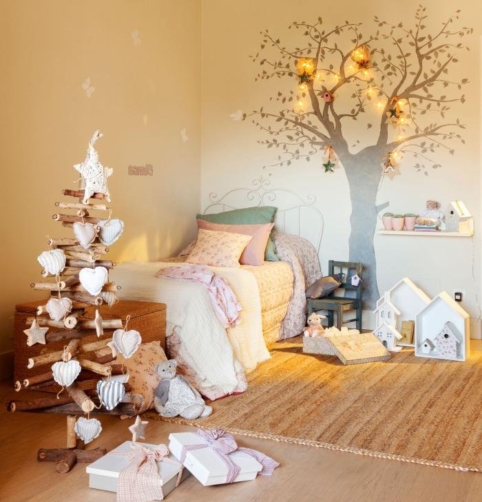 exemple comment décorer une chambre d'enfant pour la fête de Noël avec objets DIY, modèle arbre de noel en bois fait main
