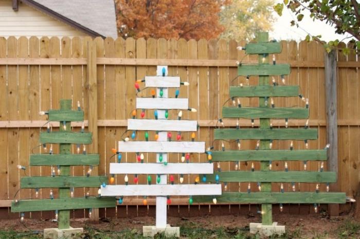 exemple comment décorer son jardin pour Noël avec arbres de Noël fait main en bois recyclé, diy sapin noel bois peint en vert et blanc