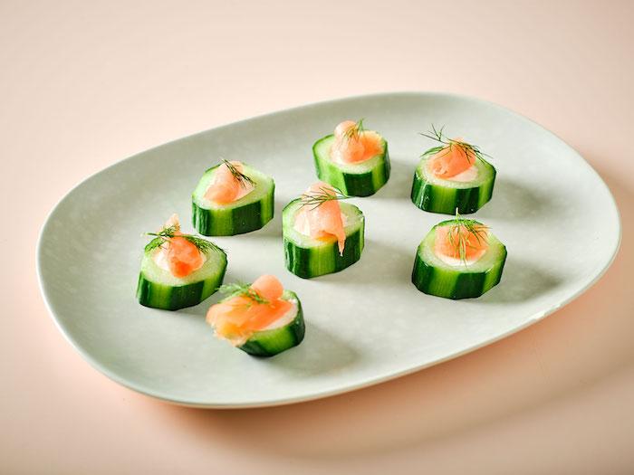 Concombre avec saumon, toast apero assaisonné d'huile d'olive et garnie pour les fêtes