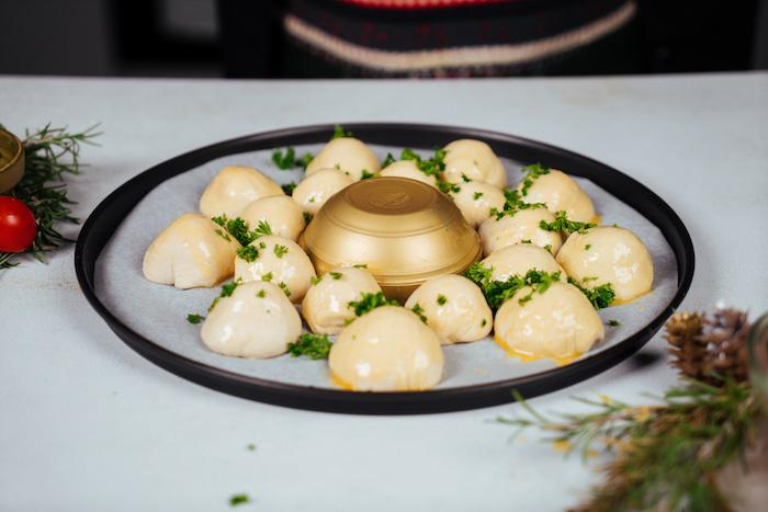aperitif noel ou comment faire pain noel simple en boules de pâte à pizza et mozzarella avec du coriandre frais