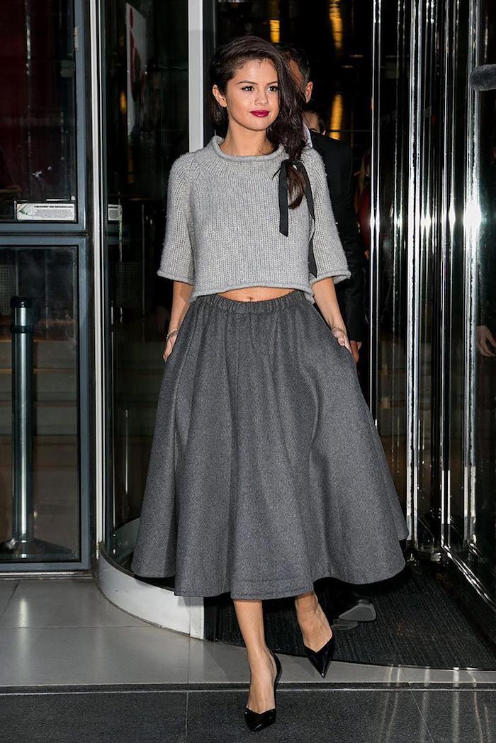Jupe trapèze mi longue associé à pull adorable a manches mi-longues, femme maquillage pour noël et coiffure, Selena Gomez tenue