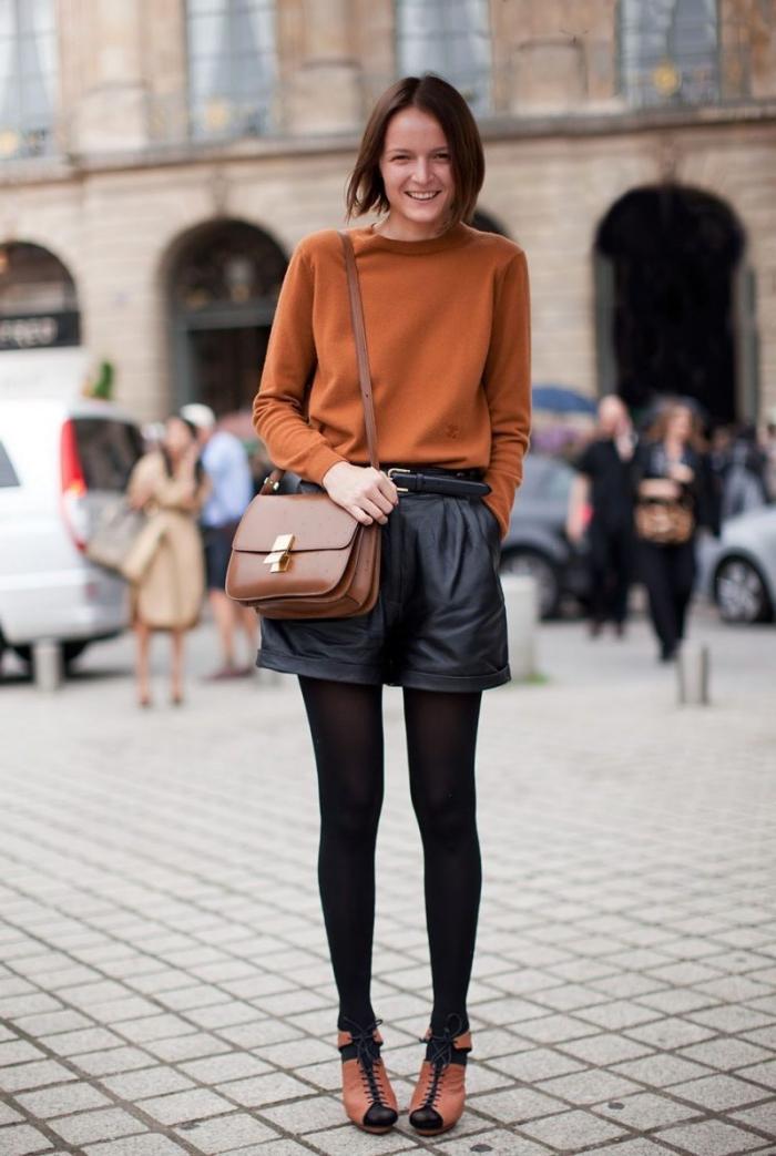 mode automne hiver 2020 femme, tenue chic femme en shorts simili cuir et blouse orange avec accessoires marron