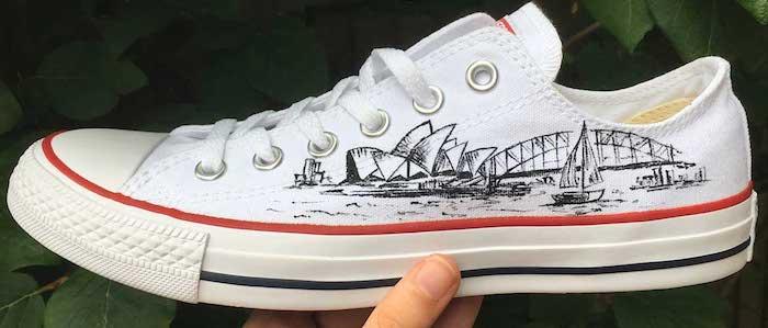 Sidney dessin stylo noir sur basket blanche converse, adidas personnaliser, chaussure personnalisable, basket stylée par soi même