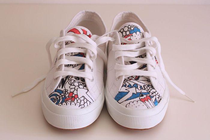 Blanche basket dessin avec stylos noir, rouge et bleu, customiser ses chaussures blanches, idée pour personnaliser simple à faire
