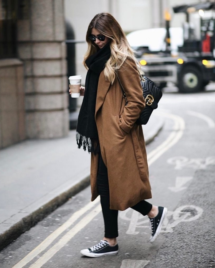 look vestimentaire au boulot de style casual chic en couleurs tendance 2019, modèle de manteau loose et long marron
