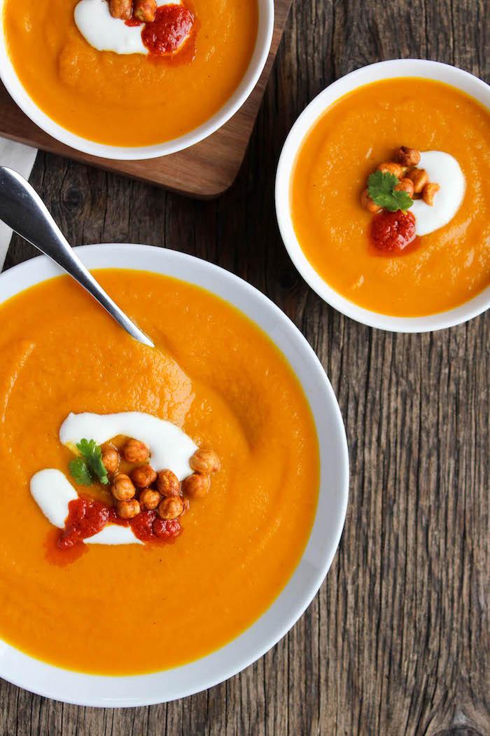 preparation soupe carotte à la marocaine garnie de pois chiche, sauce tomate et crème fraiche