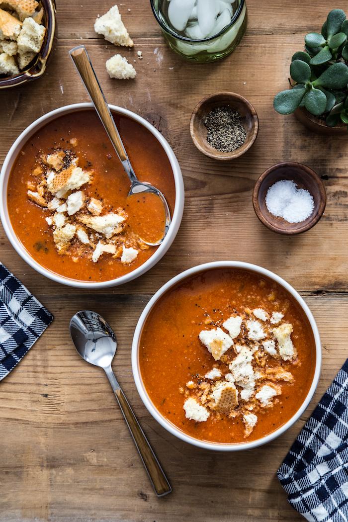 velouté de tomates roties aux four avec des miettes de pain à l ail, exemple pour faire une soupe tomate classique