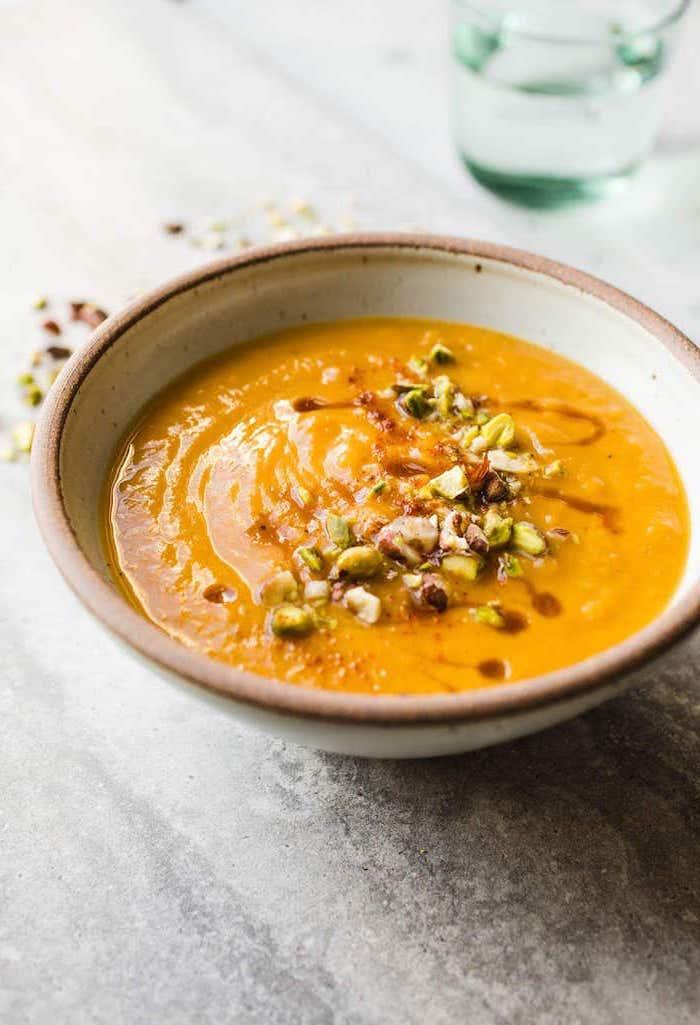 idée de soupe vegan aux patates douces avec topping de pistaches et autres noix, repas du soir facile, alternative saine pomme de terre