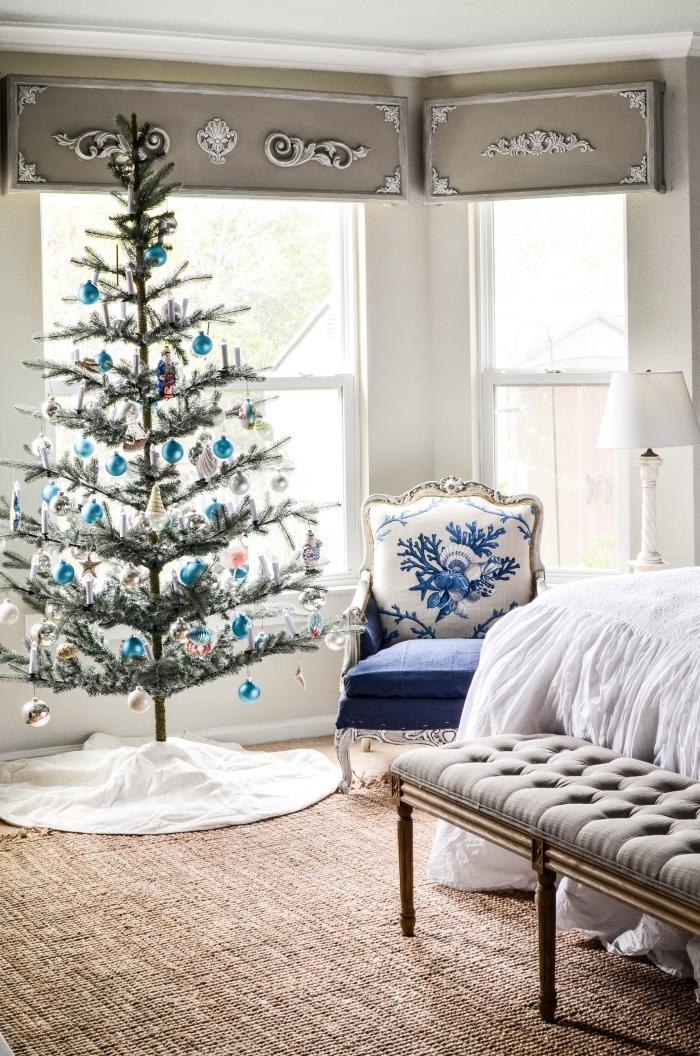réaliser une décoration de Noël de style bord de mer avec ornements en nuances bleu et argent, decoration de noel interieur aquatique