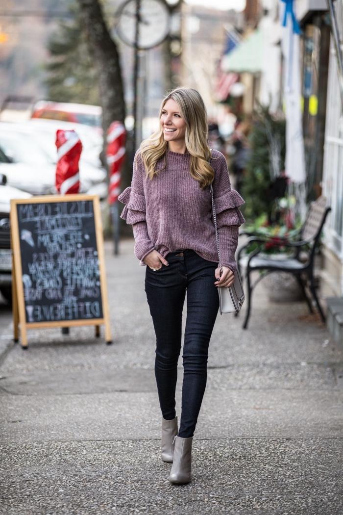 mode automne hiver 2020, look casual chic femme en pantalon fit noir avec blouse pourpre à manches bouffantes