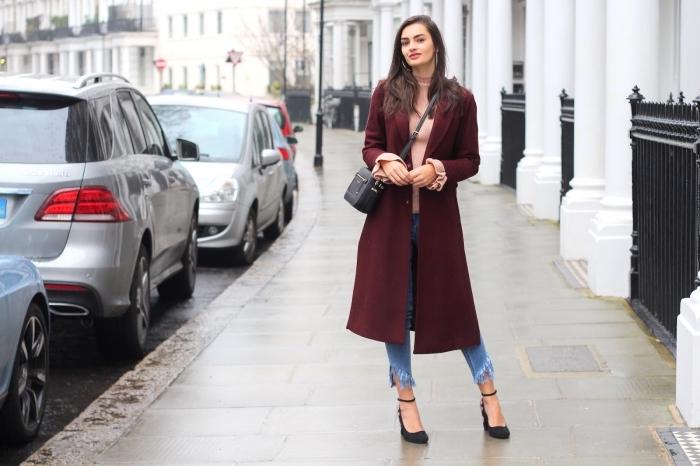 modèle de manteau femme hiver 2020 de couleur burgundy, style vestimentaire femme chic en jeans et chaussures hautes