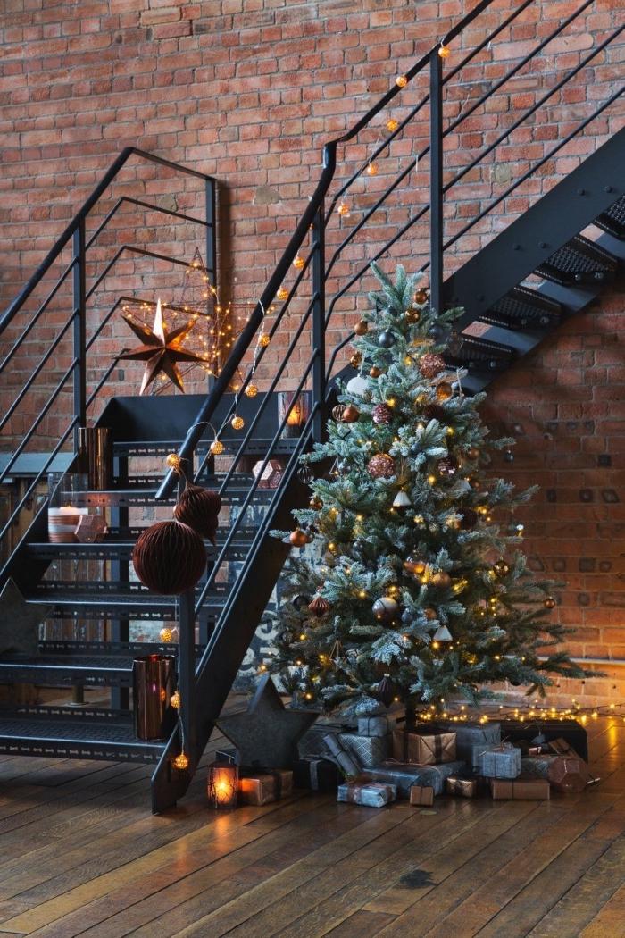 idée comment décorer un appartement loft industriel pour Noël, idée deco sapin noel avec boules métalliques et lampes led