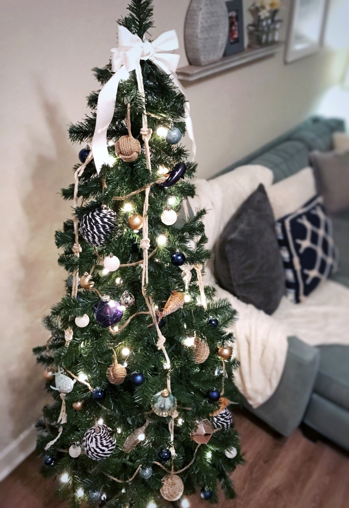 idée arbre de Noël décoré avec ornements sur thème bord de mer, decoration de noel interieur aquatique en gris et bleu
