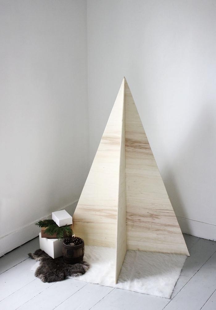 deco de noel fait main, exemple de mini sapin de style scandinave fabriqué avec contreplaqué de bois clair en forme triangulaire