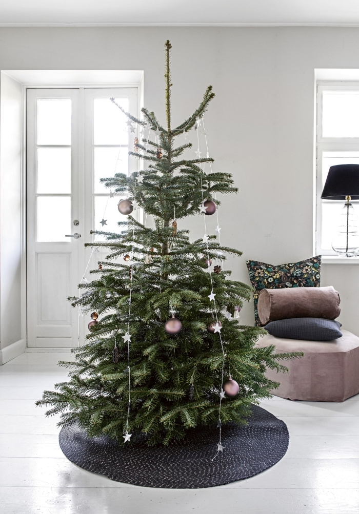 comment décorer un salon scandinave avec accents en noir et rose poudré pour Noël, deco sapin noel naturel