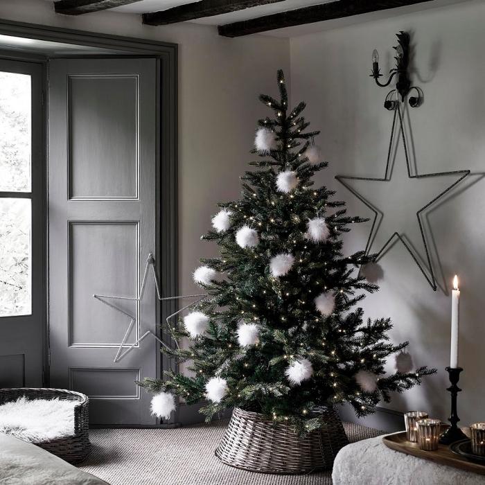 tendance décoration intérieur style minimaliste, déco de salon blanc et gris avec plafond à poutres bois foncé et arbre de Noël minimaliste