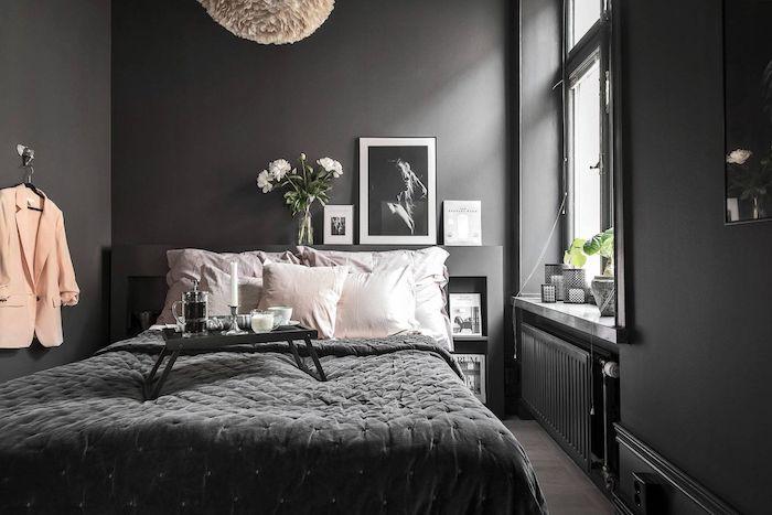 Murs gris anthracite, idée déco chambre adulte, décoration chambre à coucher