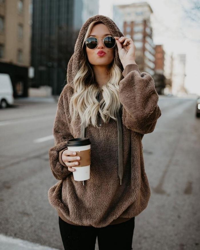 vêtements tendance hiver 2020, style casual femme en leggings noirs et sweatshirt à capuche faussure fourrure