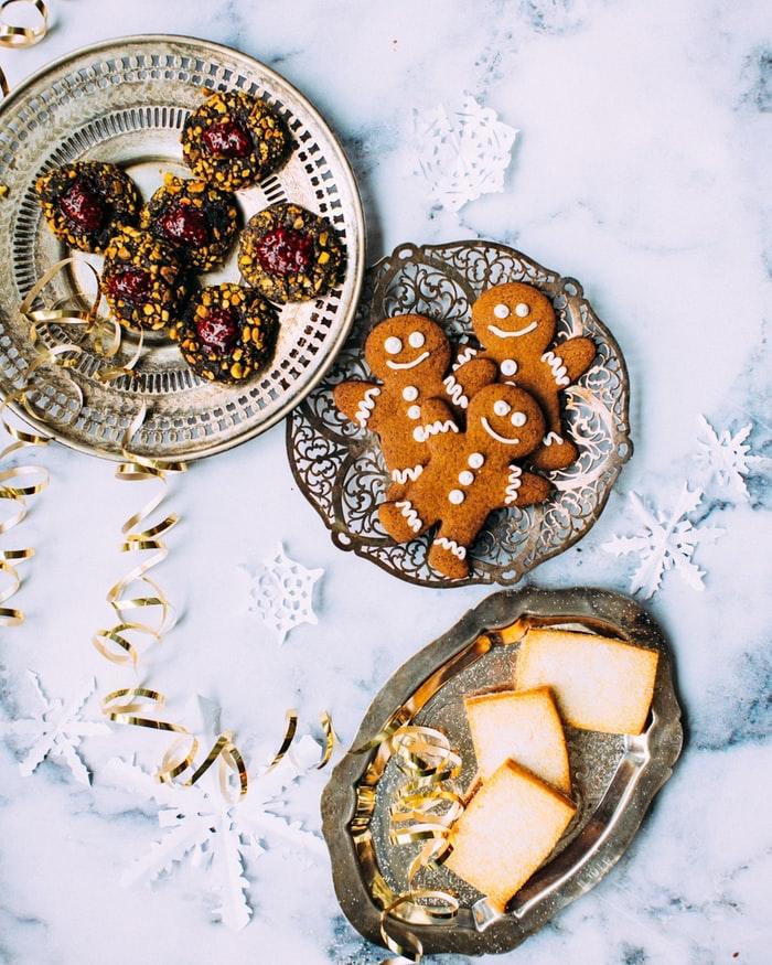Assiettes avec cookies voeux de noel, image joyeux noel 2019 originale, fete de noel idée